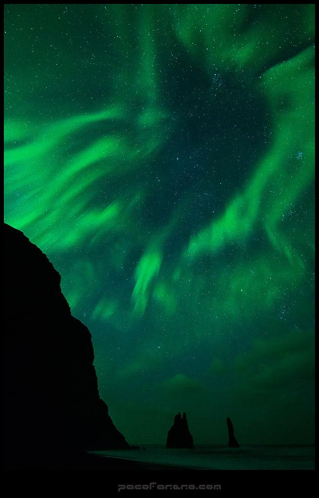 auroras boreales sobre una playa en islandia