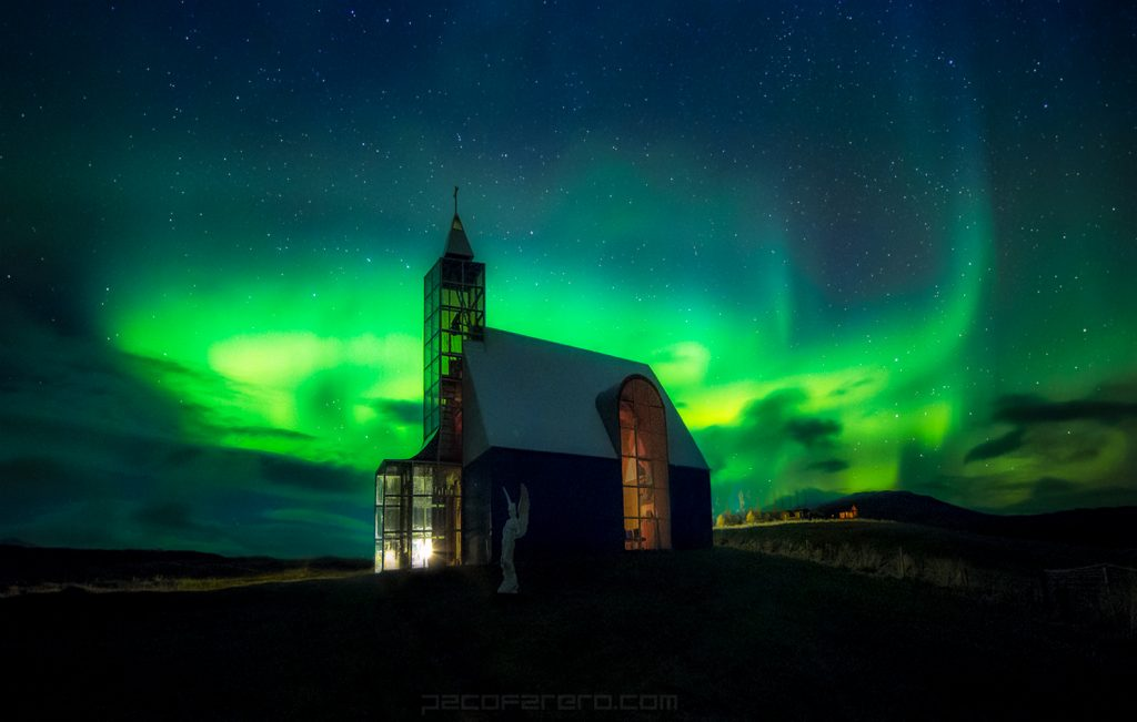 Iceland church at night with northern lights. Viaje fotográfico a islandia