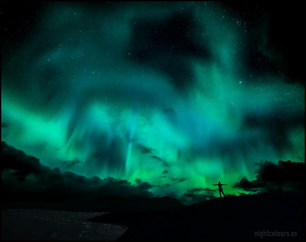 Farero en Islandia bajo auroras boreales