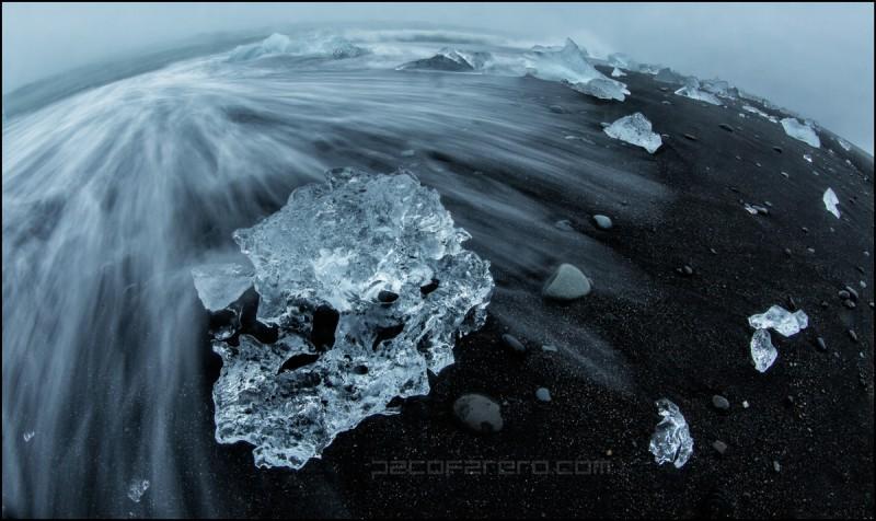 Hielos de la playa de jokulsarlon en islandia con un ojo de pez