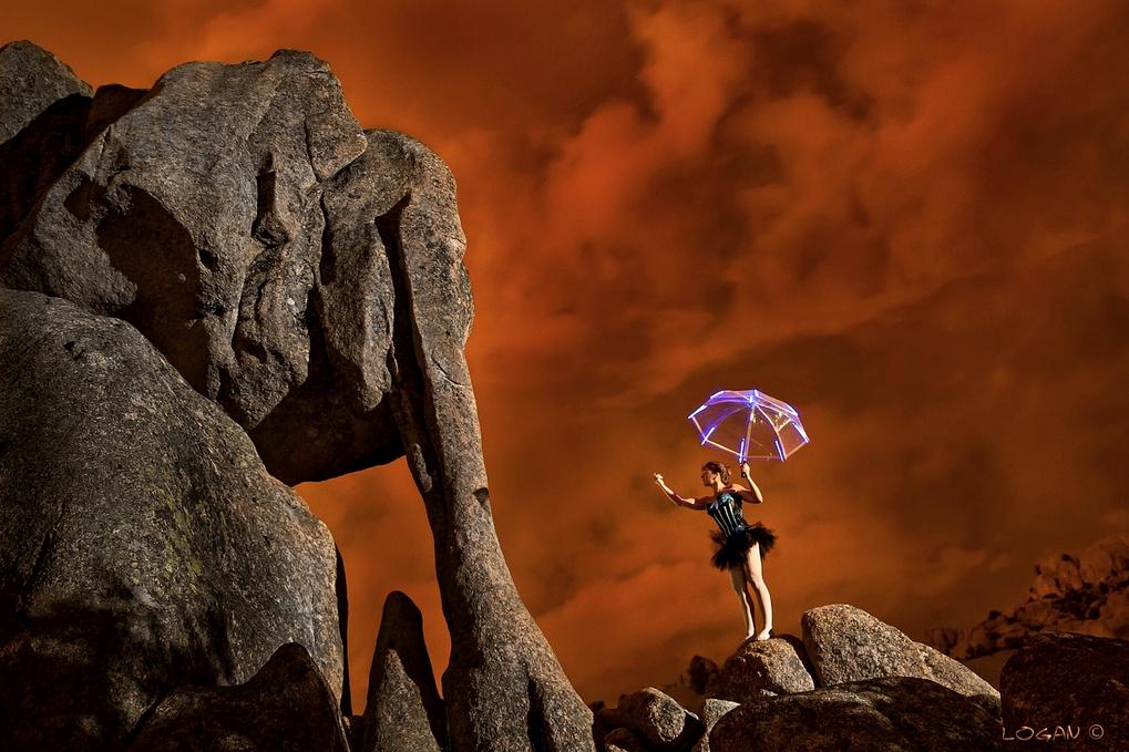 Elefantito de piedra en la sierra de madrid junto con bailarina
